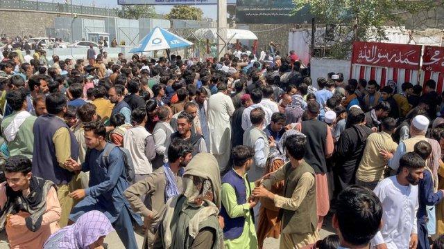 Caos en Afganistán por los talibanes: Al menos cinco muertos en el aeropuerto de Kabul
